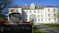 Ein 80 Jahre alter Supermarkträuber muss sich vor dem Landgericht in Konstanz verantworten.