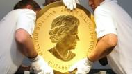 """Nur fünf Exemplare der """"Big Maple Leaf""""-Goldmünze gibt es weltweit. Dieses hier trugen im Jahr 2010 Mitarbeiter einer Wiener Aukionshauses an seinen Platz. (Archivbild)"""
