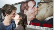 Küssen ist gesund, unter Verliebten und sozialistischen Brüdern.