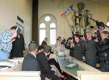 Marco M. (l) am Montag auf dem Weg zur Anklagebank des Landgerichts in Limburg