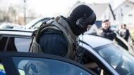 Ein Beamter des Spezialeinsatzkommando am Donnerstag in Duisburg – ein bewaffneter Mann hat dort eine Bank überfallen.