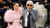 Mit Rundungen und lustigen Federbüschen: Karl Lagerfeld ließ sich für das Kleid seiner derzeitigen Muse Lily-Rose Melody Depp von einer Figur des Bildhauers Giacometti inspirieren.