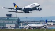 Ein A380 der Lufthansa startet in Frankfurt am Main.