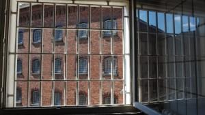 Gefangene flüchten aus von Puppen bewachtem Knast