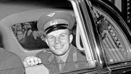 Der russische Kosmonaut Juri Gagarin umrundet 1961 in 108 die Erde und ist damit bis heute vielgefeiert in seiner Heimat.