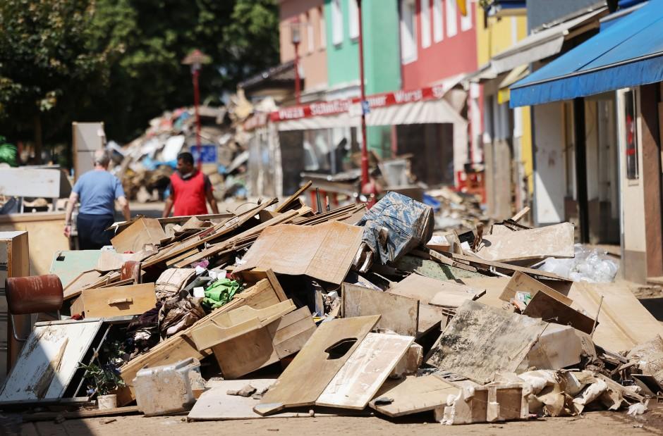 In Gemünd liegt Sperrmüll aus überfluteten Wohnungen in der Fußgängerzone.