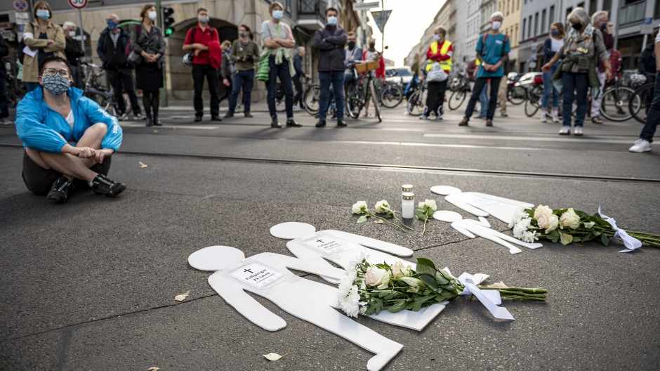 Mahnwache: Passanten gedenken am 6. September 2020 der Opfer, die bei dem Unfall an der Berliner Invalidenstraße ums Leben kamen.