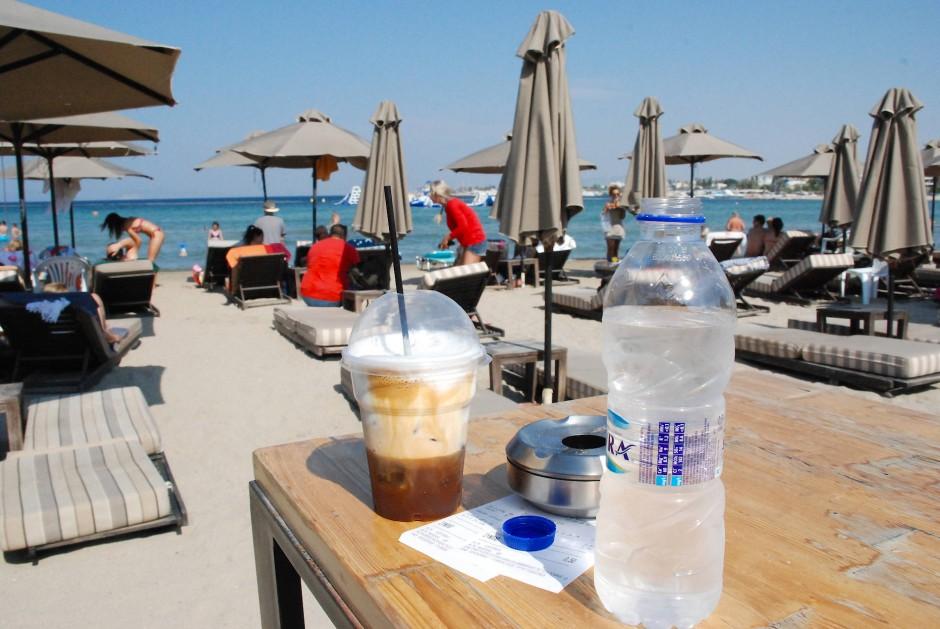 Mehr Schaum als Getränk: Café Frappé am Strand vom Athen