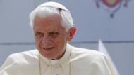 """Papst Benedikt XVI (Archivbild): Der Zölibat soll ihm """"nicht leicht gefallen"""" sein."""