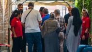 Wähler stehen am 7. Juni in Frankfurt im Zugangsbereich zum Wahlzelt auf dem Gelände des türkischen Generalkonsulats an der Sicherheitskontrolle an.