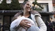 Luxushotel weist Mutter beim Stillen zurecht und erntet Protest