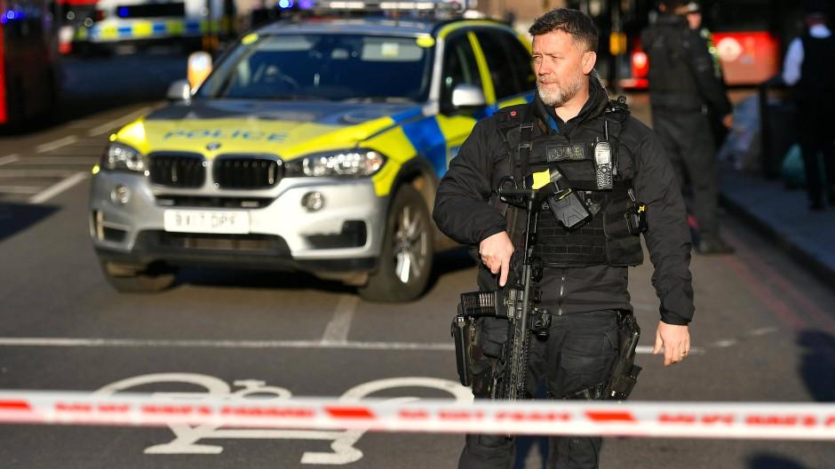Polizist am Tatort: Die London Bridge ist nach einem Zwischenfall gesperrt.