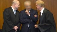 Fordern Freispruch: Der Angeklagte Aiman O. mit seinem Verteidiger Steffen Stern (rechts) und Jürgen Hoppe.