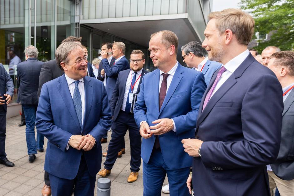 Armin Laschet, Christian Lindner und NRW-Integrationsminister Joachim Stamp treffen sich zum Jubiläum der Unterzeichnung des Koalitionsvertrages zwischen CDU und FDP in NRW.