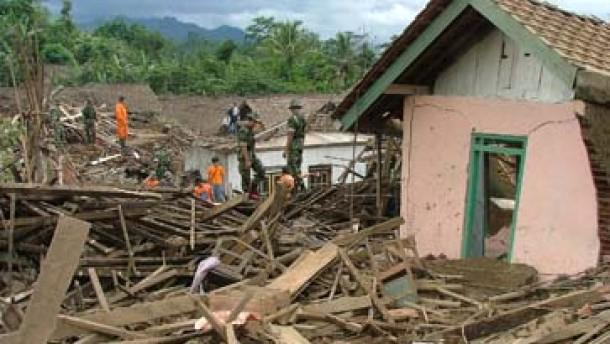 Bis zu 300 Tote bei Erdrutsch auf Java befürchtet