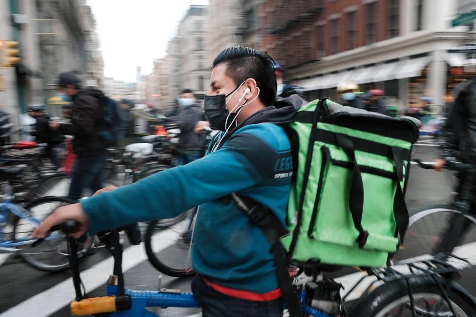 In April 2021 demonstrierten die vielen Lieferfahrer in New York gegen die schlechten Löhne und Arbeitsbedingungen.