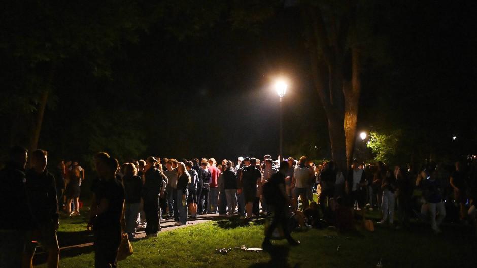 Nachts im Park statt im Club: Jugendliche stehen am vergangenen Samstag im Alten Botanischen Garten in Tübingen zusammen.