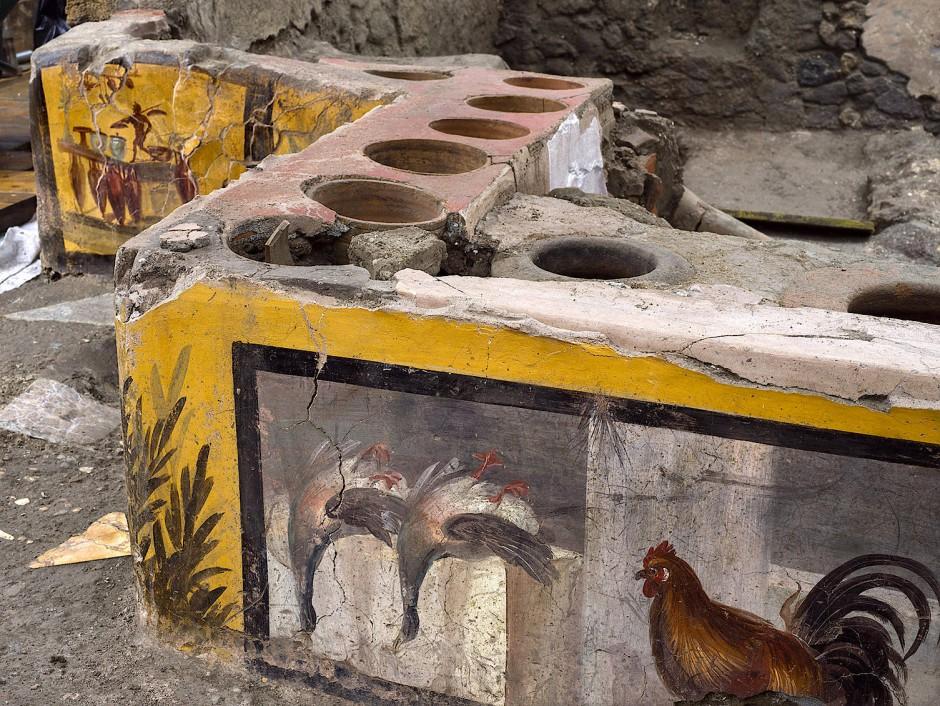 Die abgebildeten Enten und ein Hahn waren wohl Tiere, die in der Verkaufsstätte geschlachtet und verkauft wurden.