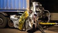 Das zertrümmerte Auto am späten Montagabend auf der A1