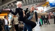 Startet mit tätowierter Po-Backe ins Dschungelcamp: Melanie Müller, hier mit Designer Julian Stoeckel vor dem Abflug