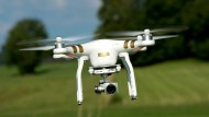 Die vier Rotoren halten die Drohne stabil in der Luft. (Archiv-Foto)