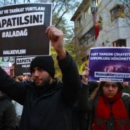 """""""Das Feuer war Mord"""" steht auf Plakaten von Demonstranten, die am 1. Dezember in Ankara protestieren. Jetzt wurden vier Haftbefehle erlassen."""