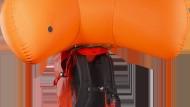 Luftkissen: Arcteryx bläst den Airbag per Ventilator aus dem Rucksack.