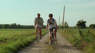 Wie im Film: Auf den Spuren von Oliver (Armie Hammer, links) und Elio (Timothee Chalamet) radeln viele Paare durch die Wiesen um Crema.