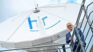 Um seine Nachfolge geht es:  Manfred Krupp, der Intendant des Hessischen Rundfunks,  vor einer Satellitenschüssel mit dem Logo des HR