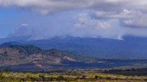 Qualmwand umhüllt Kilimandscharo