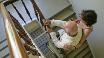Die Treppe ist für viele ältere Menschen nur mit Hilfe zu bezwingen.