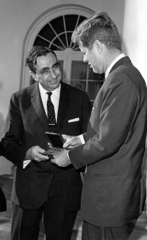 Von den Großen hofiert: Präsident Kennedy und Teller 1962