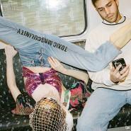 Mehr Raum einnehmen: Die Künstlerinnen Mina Bodekar und Elena Buscaino bedrucken Hosen im Schritt.