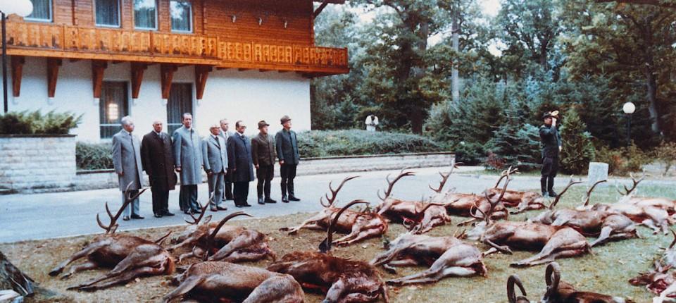 Zur Strecke gebracht: Erich Honecker im Kreise der Genossen vor dem Jagdschloss Hubertusstock im Jahr 1981.