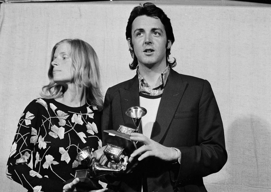 """Paul McCartney und seine Frau Linda nehmen 1971 in Hollywood den Grammy Award für die Musik im Film """"Let It Be"""" entgegen."""