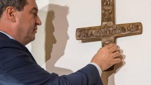 In Bayerns Behörden hängen künftig Kreuze