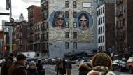 Mit Retro-Marketing zum Instagram-Avantgardisten: Gucci-Designer Alessandro Michele hat in New York Werbung auf eine Wand malen lassen.