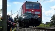 Die Unfallstelle am Montag – der verunglückte Zug stoppte rund 300 Meter hinter dem Bahnübergang, an dem sich der Unfall zuvor ereignete.