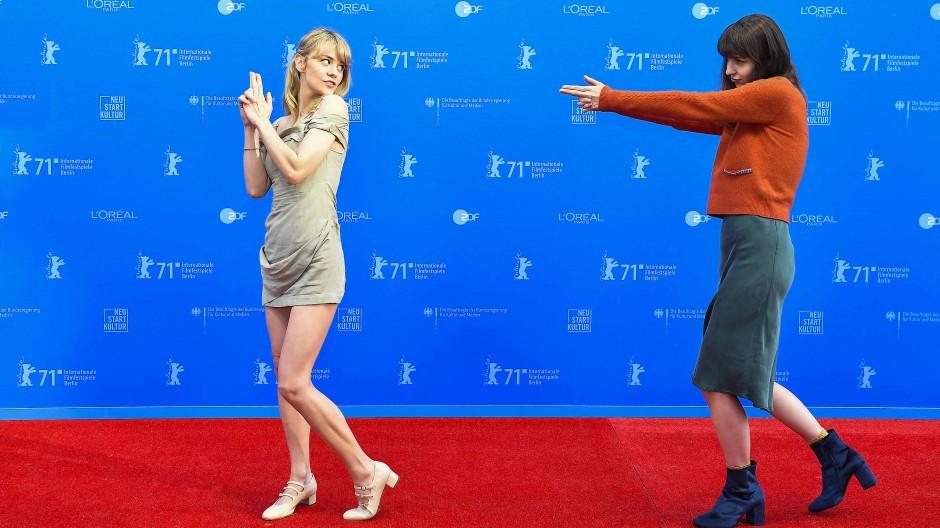 Spielereien auf dem roten Teppich: Die belarussische Regisseurin und Gewinnerin des GWFF Best Feature Awards Dasha Nekrasova (links) und die amerikanische Drehbuchautorin Madeline Quinn