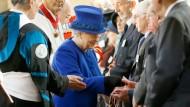 Gemäß einer Gründonnerstags-Tradition aus dem 13. Jahrhundert verteilt die britische Königin Geldgeschenke an alte Menschen.