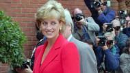 Oktober 1996: Prinzessin Diana besucht ein Zentrum für HIV- und Aidskranke in London und die Presse lauert schon. Für ihre späten Auftritte hatte sich Diana von der Designerin Cathrine Walker eine Garderobe zusammenstellen lassen, die selbstbewusst und ohne viele Rüschen war. Powerdressing sozusagen.