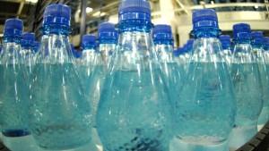 Wasser in Plastikflaschen mit Hormonen belastet
