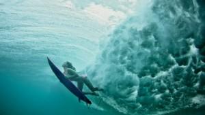 Die Superfrau des Surfens
