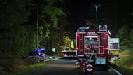 Feuerwehr und Polizei sichern am Mittwochabend die Unfallstelle auf der Staatsstraße 2981 bei Fichtelberg in Bayern.