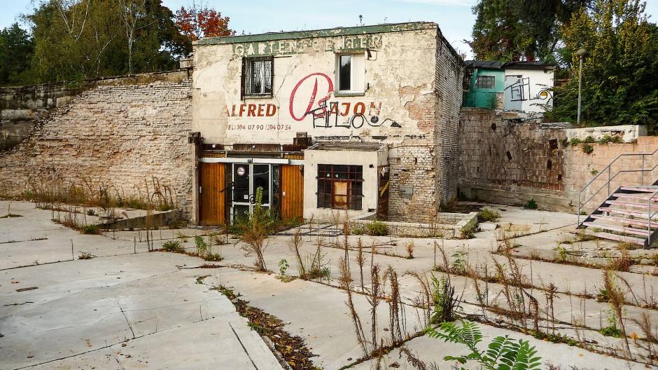 Dieses Gartencenter am Spandauer Damm wurde 1950 von Alfred Bajon und seiner Frau Charlotte eröffnet. 2004 gingen die beiden insolvent. Noch existiert zumindest der Schriftzug auf der Fassade.