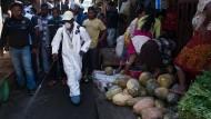 Kampf gegen die Pest: Ein Helfer sprüht Desinfektionsmittel in einem Markt in der Hauptstadt Antananarivo.