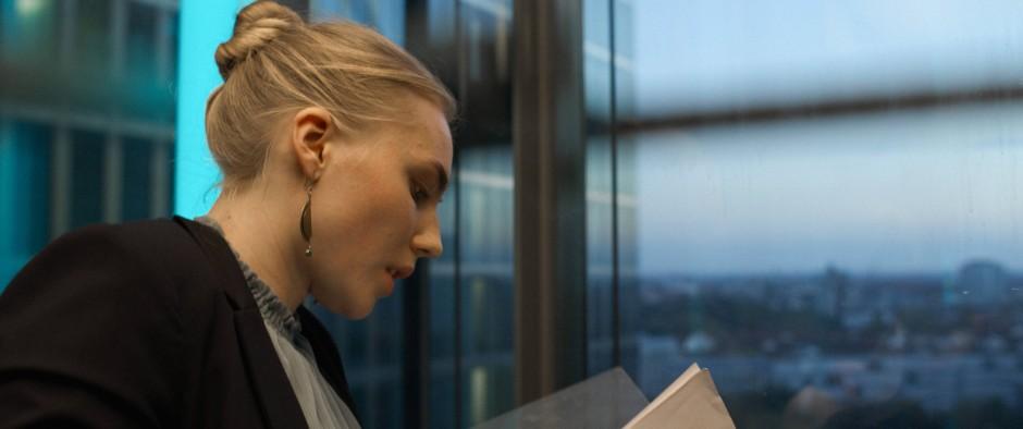 Abwärtsfahrt vor Großstadtkulisse: Da denkt Compliance Managerin Ana (ElisaSchlott) noch, sie könnte die Welt verbessern.