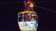 Familie mit Kleinkindern stundenlang in Seilbahn gefangen