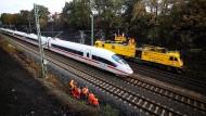 Fährt wieder: ICE auf der Strecke bei Siegburg, wo ein Böschungsbrand am 7. August für stundenlange Zugausfälle gesorgt hatte.