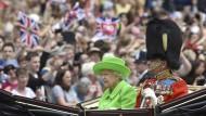 """Die Queen und ihr Ehemann kommen nach der """"Trooping the Colour""""-Zeremonie wieder am Buckingham-Palace an."""